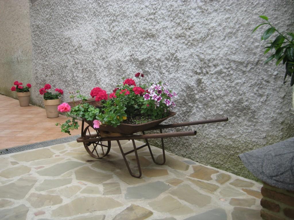L'allestimento floreale con carriola davanti casa di Mariarosaria Manna