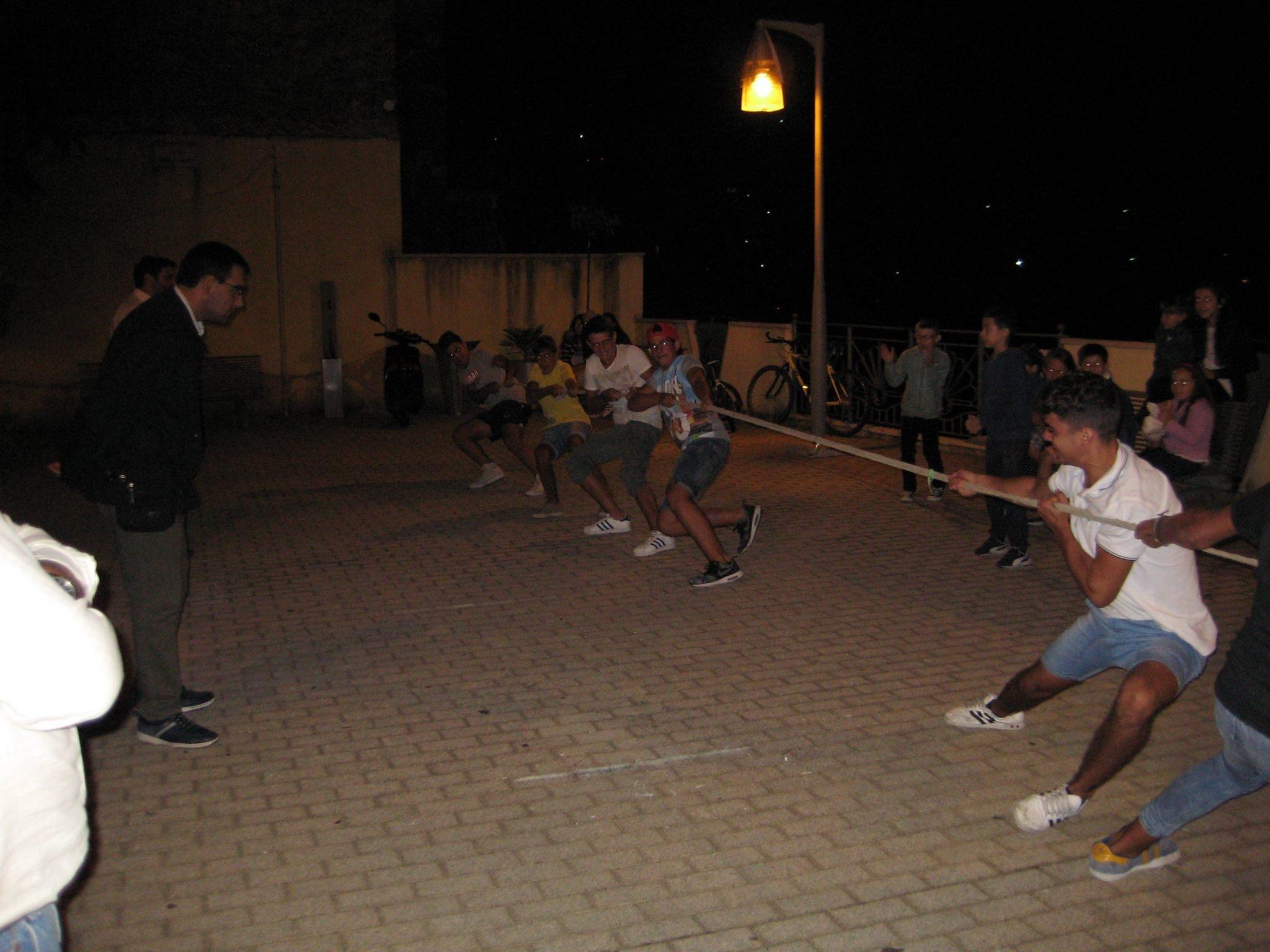 Il tiro con la fune in piazza