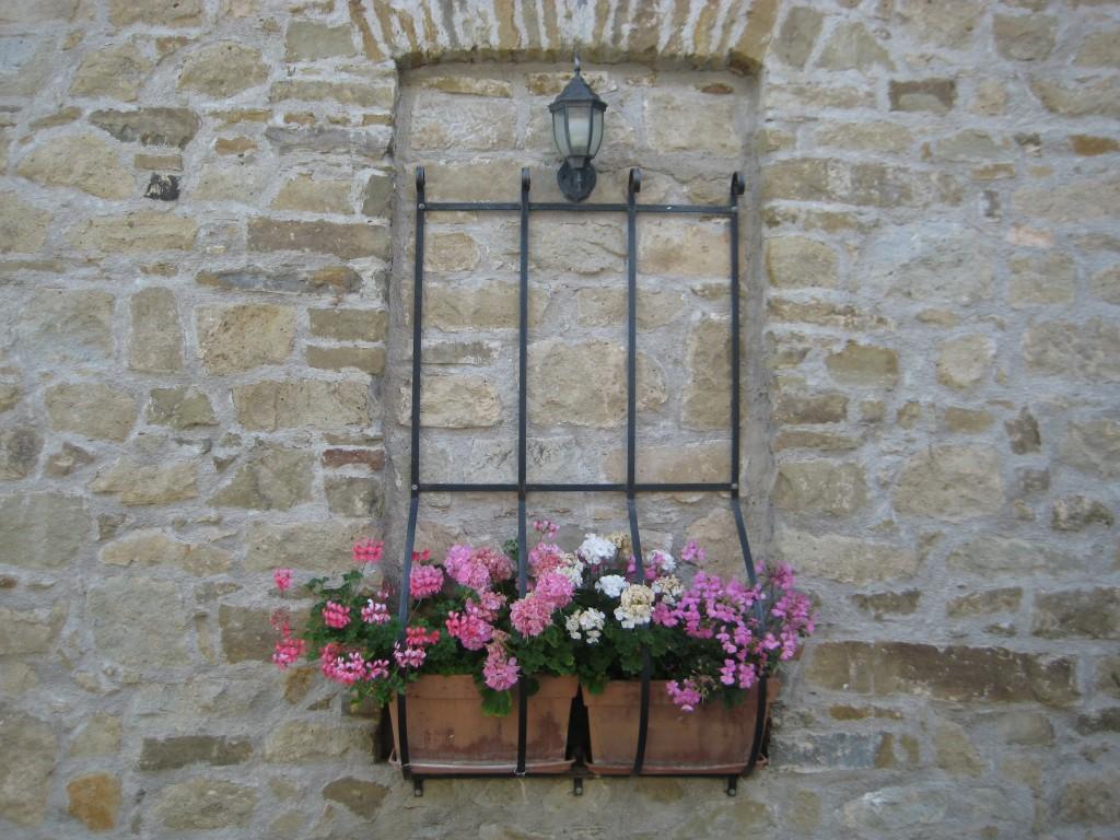La finestra fiorita su facciata in pietra di Gisella Palladino