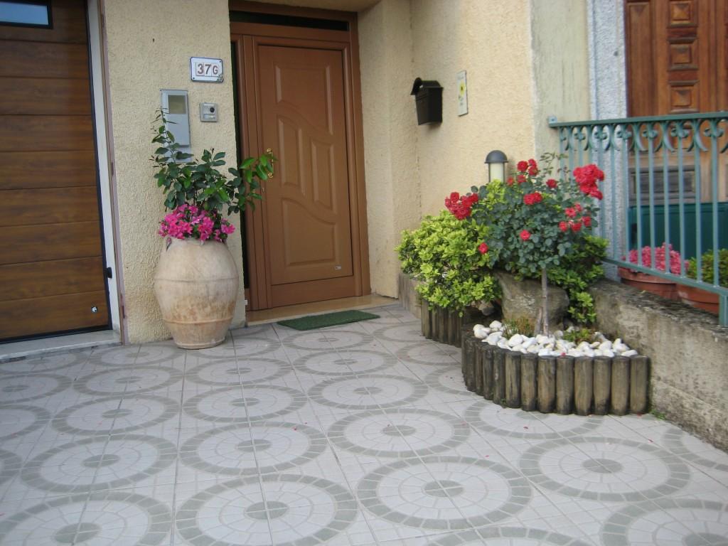 L'accogliente ingresso fiorito di Sandra Palladino