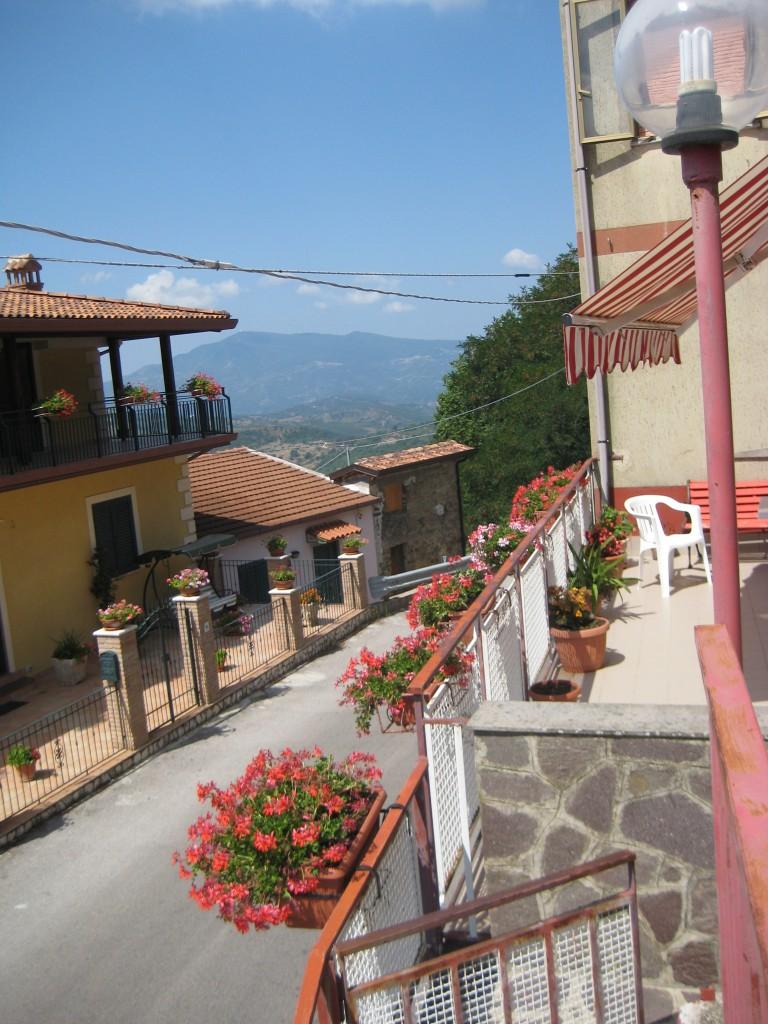 La rigogliosa balconata ricca di gerani davanti casa di Antonio Di Genio